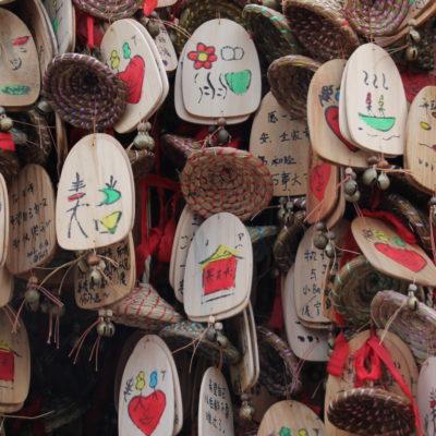 """Estas """"cosas"""" que simulan hojas de un árbol, se utilizan para pedir deseos y oraciones"""