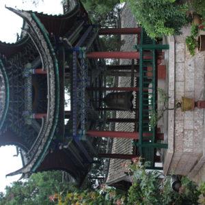 Como nos encontraremos más adelante, muchos templos tienen la torre de la campana y otra del tambor