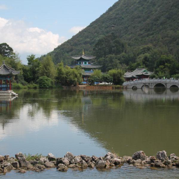 El templo en el lago, su puente... Sólo faltaron las vistas de la montaña para que fuera un lugar perfecto