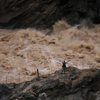 Las enormes piedras en el río permiten sentir la furia del caudal