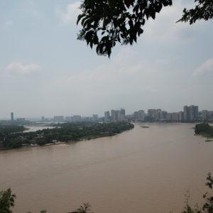 """Aunque muchos """"pueblos"""" de China nos suenan que son pequeños, casi todos son enormes ciudades con rascacielos y mucho tráfico... Como Le Shan"""