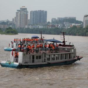 También hay opción de ver el buddha desde los barcos que surcan el río