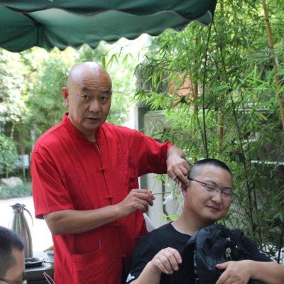 Pero la bomba fue este hombre que se dedicaba a limpiar orejas, mientras sus clientes tomaban el té