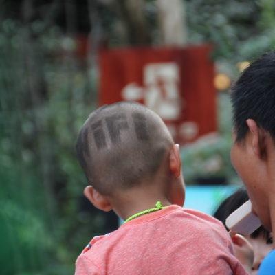 """Pero este peinado del pobre niño fue lo más """"heavy"""" que vimos... ¡Pobrecito!"""