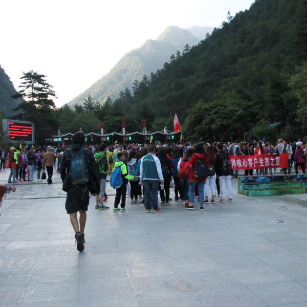 La entrada de Jiuzhaigou pronto por la mañana