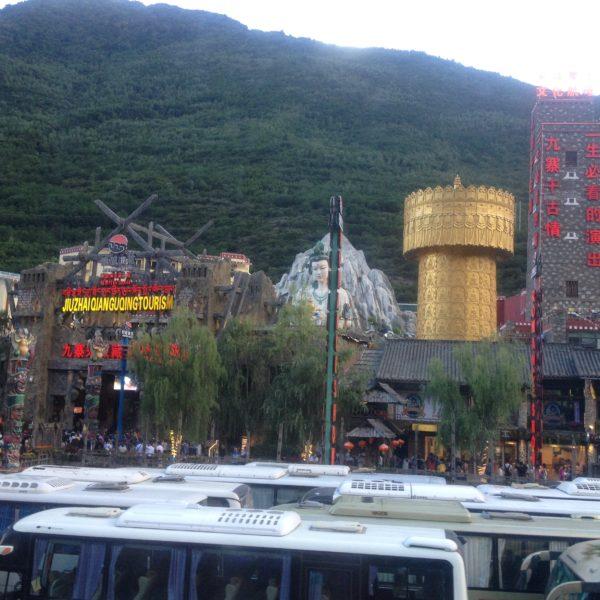 Al lado de la ciudad de Jiuzhaigou, se encuentra este lugar que nos pareció que podría perfectamente ser un Las Vegas en miniatura, para entretenimiento de los chinos