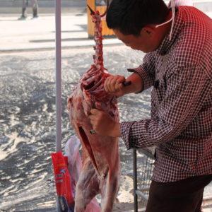 La calle principal se llena de puestos de brochetas de carne a la brasa, preparados in situ