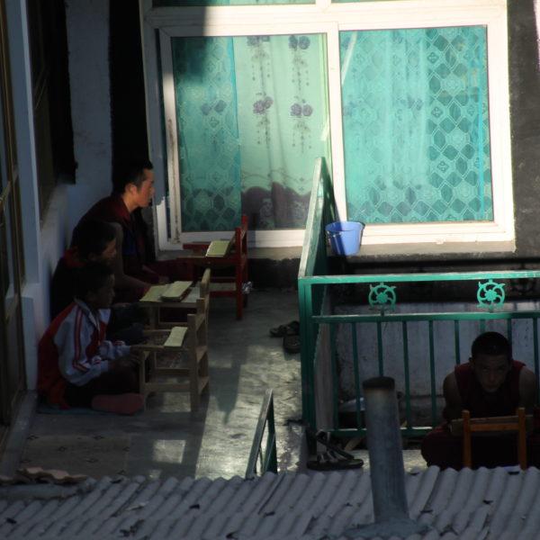 También coincidimos con la hora de la oración y vimos como algunos monjes rezaban en los patios de sus casas