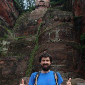 Desde abajo el Buddha de Le Shan impresiona una barbaridad