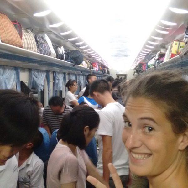 El tren lleno y nosotros sin asiento... ¡Menos mal que tuvimos suerte!