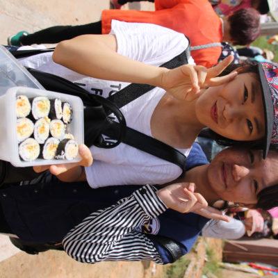 La cola para entrar al templo era tan larga que nos hicimos amigos de los que estaban delante nuestro y nos invitaron a sushi casero