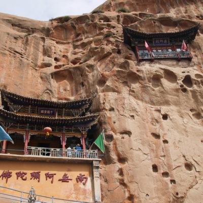 Algunos templos tienen su acceso a través de pasillos en el interior de la roca