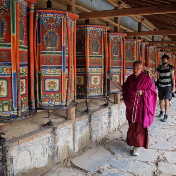 El Kora es un recorrido que se hace en sentido horario haciendo girar ruedas de oración