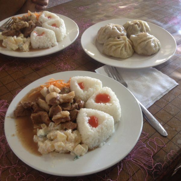 Primeras pruebas de la gastronomía mongola: cordero con arroz, ensaladilla y dumplings de cordero