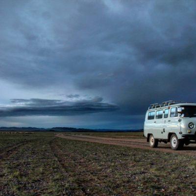 Parados en la absoluta nada de Mongolia esperando a que arreglaran la avería