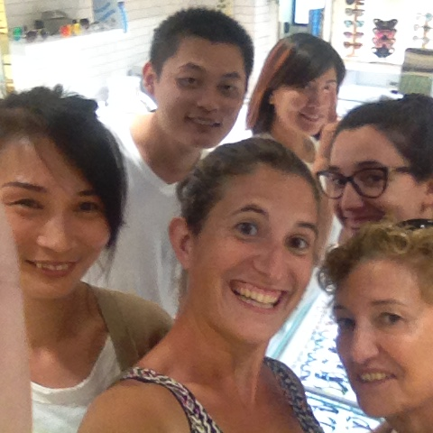 Estos son Lily y sus compañeros de trabajo con los que tuvimos que regatear por las grafas