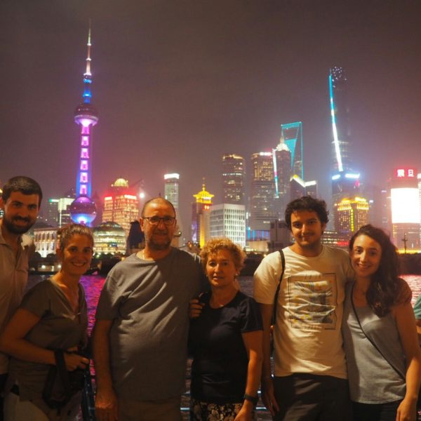 No podía faltar la foto familiar con el skyline de Shanghai