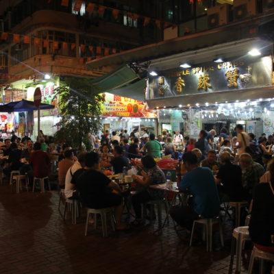 El mercado nocturno de comida es mas bien una calle con bares de terraza que estaban abarrotados