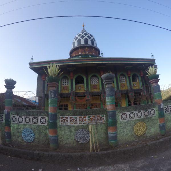 Una muy colorida mezquita, ¿no creéis?