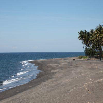 Esta playa de arena negra nos cautivó, pero tuvimos que seguir nuestro rumbo sin poder disfrutarla