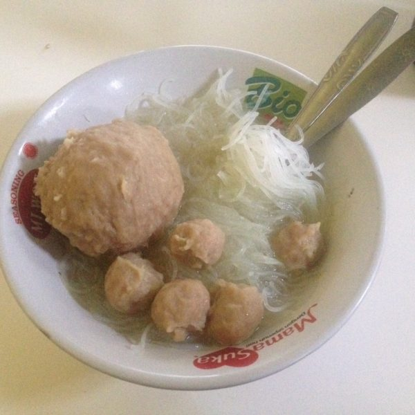 Bakso; sopa de noodles, albóndigas y... un huevo cocido convertido en albóndiga